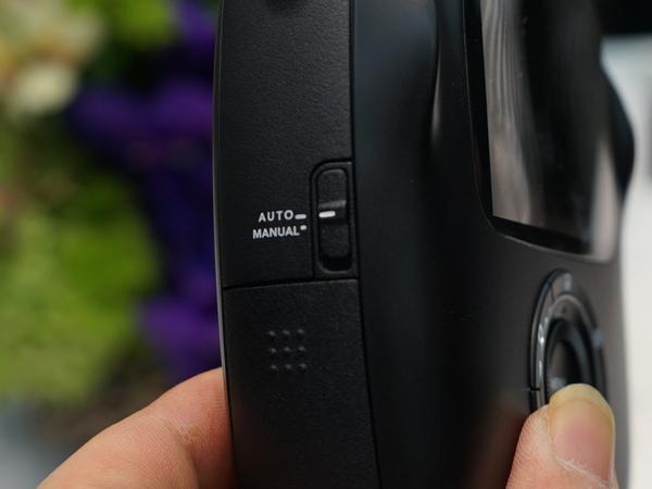 本体側面にはオートとマニュアルの切り替えスイッチがある