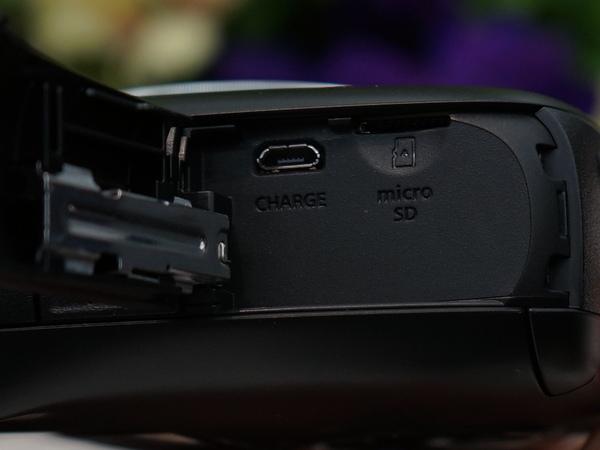 側面カバーを開くと充電用microUSB端子とmicroSDカードスロットがある。撮影した画像はプリントと同時にここに記録される