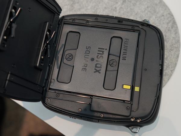 本体の背面側が開き、フィルムの装填が可能