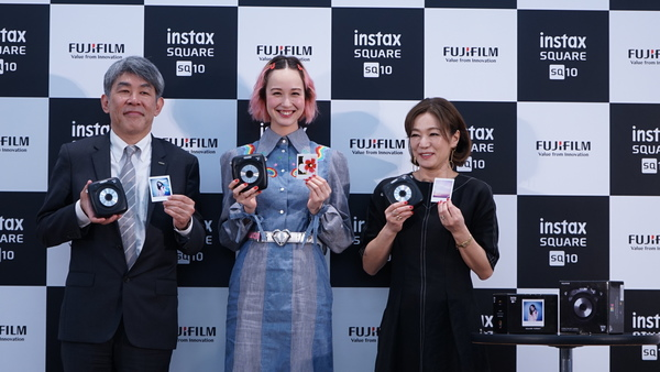 左から、同社イメージング事業部長の武冨博信氏、モデルの水原佑果さん、扶桑社 Numero TOKYO編集長の田中杏子氏