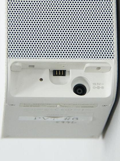プロジェクター部の背面に接続端子部にあるのは、充電/給電用のACアダプター端子のみ。別売の専用スタンドとの接続端子もある