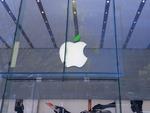 4月22日のアースデイに向けてアップル直営店はリンゴの葉っぱが緑