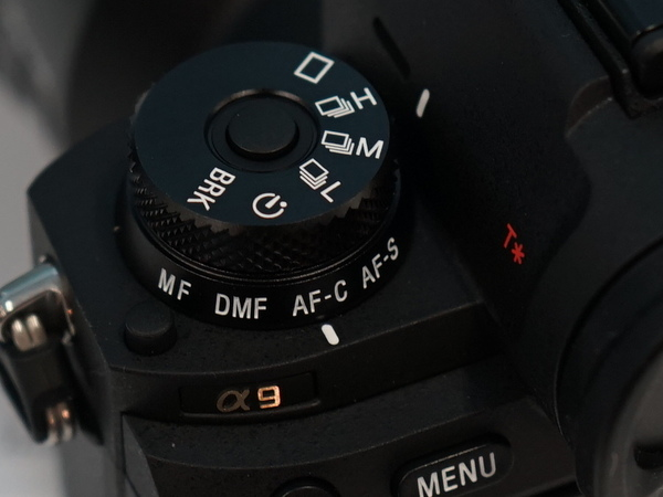 ドライブモードダイヤルの下に、AFモードの切り替えダイヤルがある。左下のボタンを押しながら回す