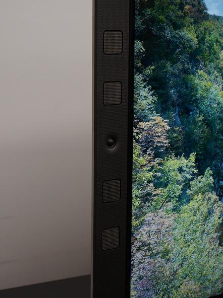 画面の横にスピーカーを内蔵するモデルは以前からあったが、デザインが大きく変わった
