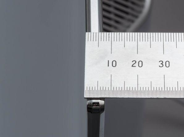 65X910のディスプレー最薄部を実測。およそ6.5mmで65V型というサイズからすると極薄だ