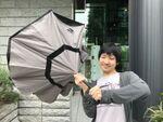 雨の日を「逆さに開く傘」で乗り切る