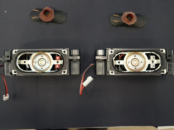左が新機種のスピーカーユニット。中央に銅のキャップが備わっている