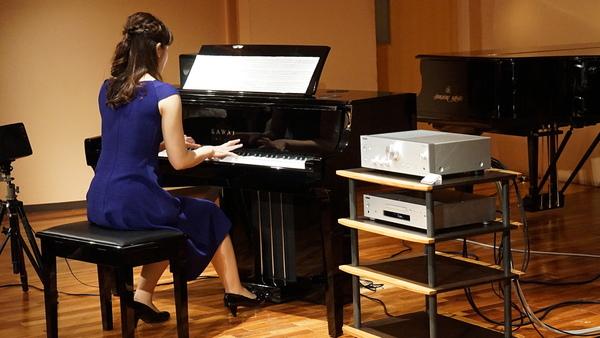 オンキヨー&パイオニアマーケティングジャパンと河合楽器製作所の共同発表会。プリメインアンプ「A-9150」で音楽を再生し、デジタルピアノ「NOVUS HYBRID NV10」で伴奏している