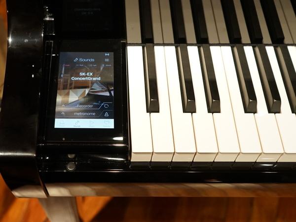 鍵盤の横にはタッチパネルを搭載。デジタル的なさまざまな操作が行なえる
