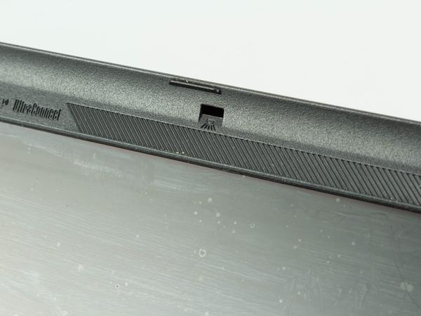 液晶上部にキーボードを照らすライトがついている。このあたりはThinkPad上位機種らしい機能だ