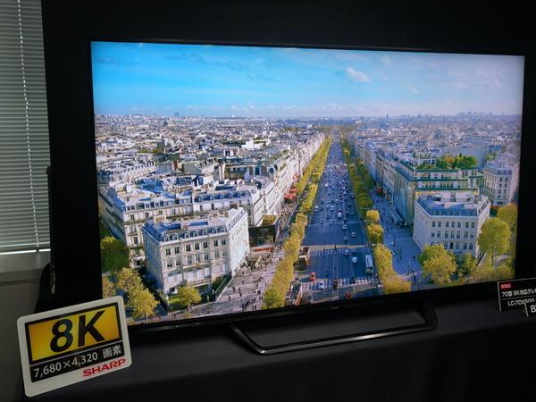 見た目は普通の70V型テレビ