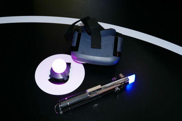 ヘッドセット、ライトセーバー型のコントローラー、ビーコンがセットとなっている
