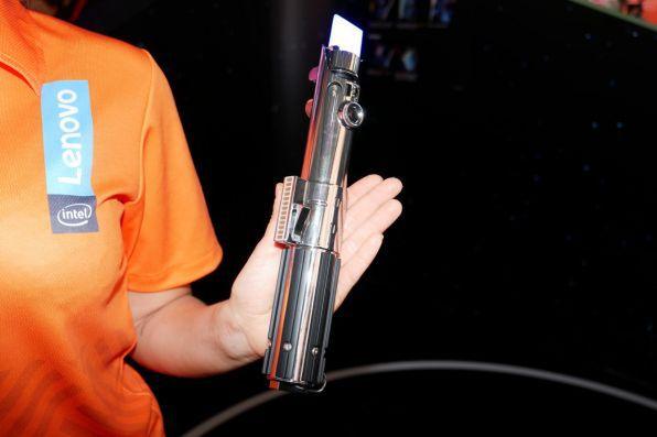 ライトセーバー型のコントローラー。スマートフォンとはBluetoothで接続。先端が光っているのは位置を検出するため
