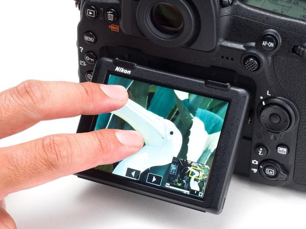 タッチパネルの操作では、特に再生時の画像拡大や移動が快適。ピントのチェックが断然やりやすくなった