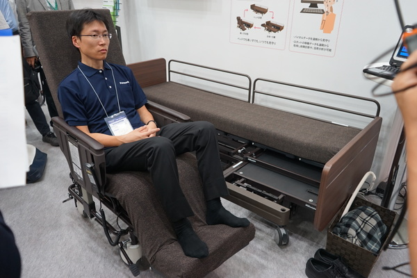 ベットが車いすになる離床支援ロボット