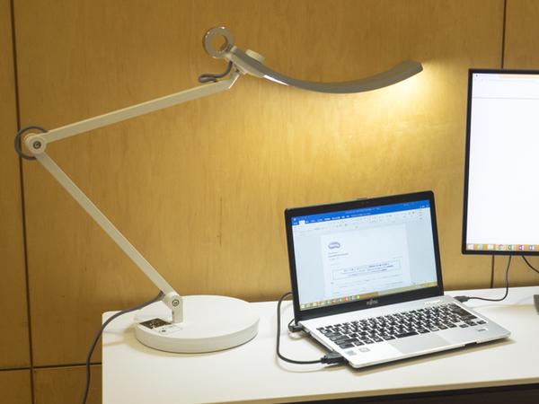 LEDライトのチラつきをゼロに抑えるフリッカーフリー機能や自動で調光、色温度を調節する機能を備える「WiT Eye-care デスクライト」