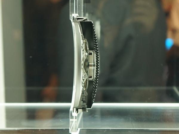 ハウジングの断面モデル。ボイスコイルがハウジングの中間に位置している