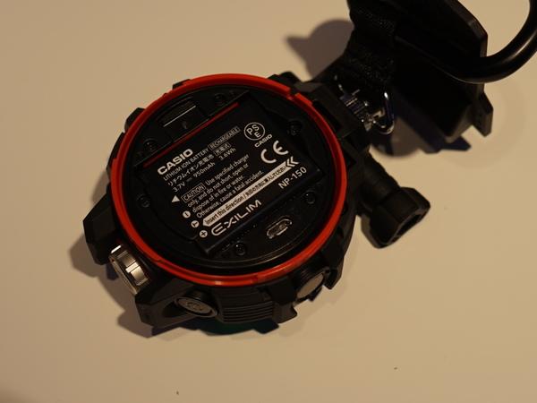 背面カバーを外すと、メディアスロットとバッテリーにアクセス可能