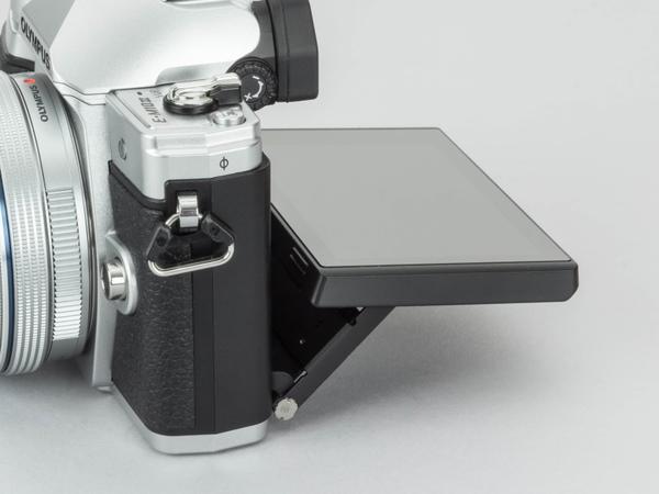 背面モニターは上に約85度、下に約45度の角度調整が行なえる