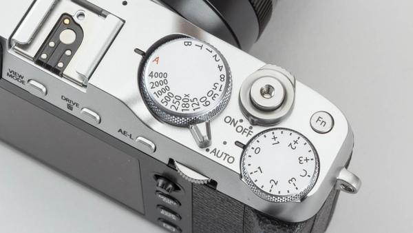 上面操作部は機械らしさを前面に押し出したXシリーズ共通の印象