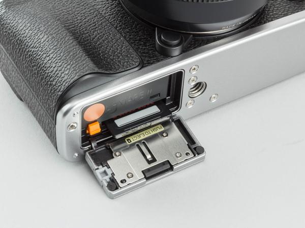 バッテリーとメディアの入れ替えは底面から。メディアはSDXCカード(UHS-対応)が利用できる