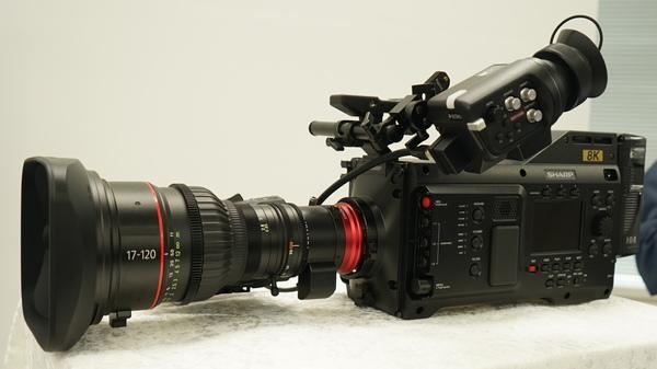 「8C-B60A」。レンズやファインダー、マイクは別売となる