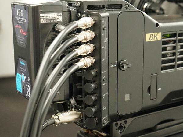 本体背面には映像出力端子を装備。出力ケーブルは4本必要だ