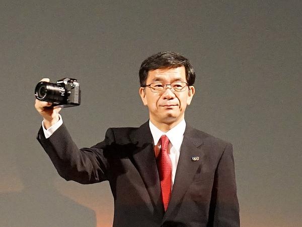 G9 PROを手にするパナソニック イメージングネットワーク事業部の山根洋介氏