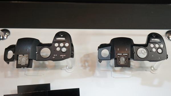 新機種は特殊な黒顔料を採用した塗装で漆黒の黒を実現している。左が従来モデル、右が新機種の塗装