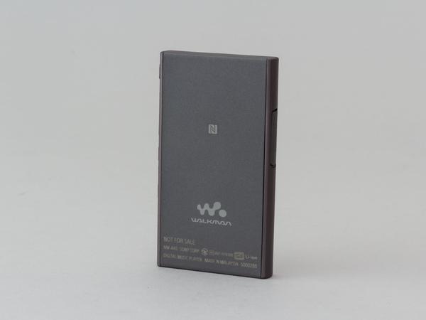 背面にはNFCマークがあり、Bluetoothヘッドフォンなどとタッチでペアリングができる