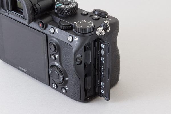 グリップ側面からメディアの交換が可能。上下でスロットが2つあり、上はメモリースティックDuoとSDメモリーカードに対応する。なお、UHS-IIに対応しているのは下段のみなので動画を撮影する人は注意