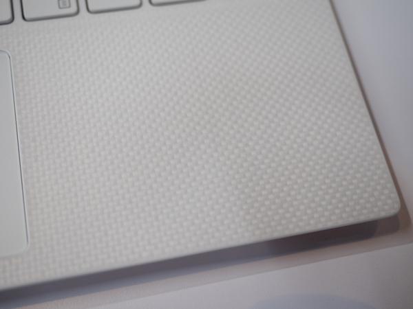 ガラス繊維を素材に採用しているので、凸凹のあるデザイン