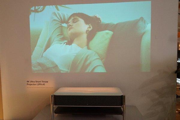部屋を演出するLifeSpace UXの超短焦点プレジェクター「LSPX-A1」