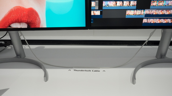 Thunderbolt 3ケーブルでお互いをつなげてデュアルディスプレー環境が作れる