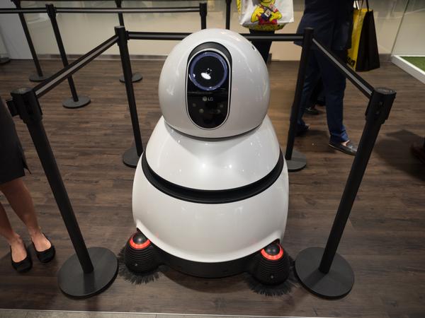 空港用の掃除機ロボット。SF映画に出てきそうなフォルムだ