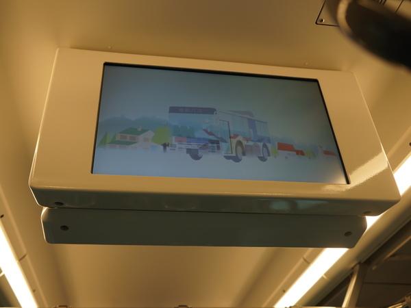 天井には広告表示モニターを搭載