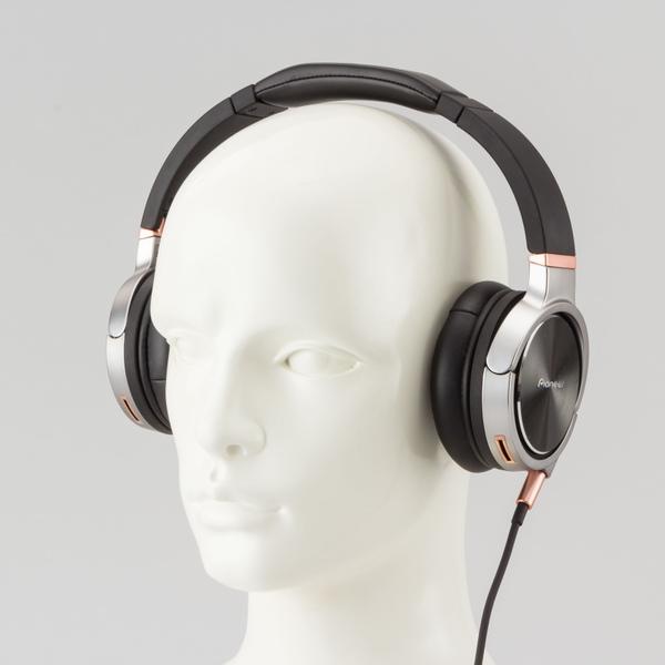 装着イメージ。耳への圧力は強めで密着感が高い