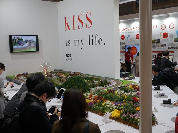 動く鉄道模型を被写体に撮影できる「EOS Kiss M」体験コーナー
