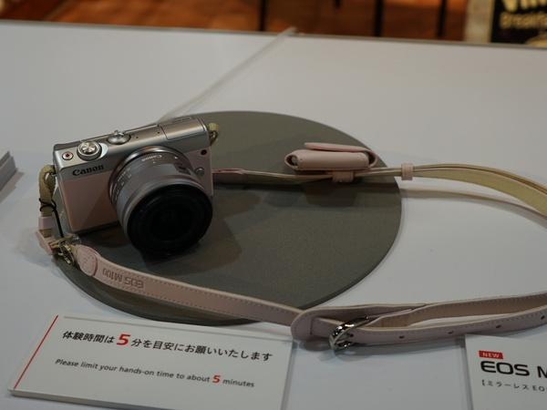 「EOS M100」限定カラーモデルも展示されていた
