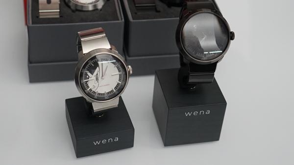 「wena wrist」の「鉄腕アトム」モデルと「ブラック・ジャック」モデル。文字盤にイラストが描かれている