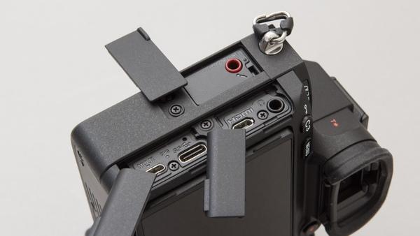 側面インターフェース、フロント側上がマイク端子、背面側上にはヘッドホン端子とHDMI端子、背面側下にはUSBが2つあり、microUSBとType-Cが備わる。どちらでも給電やPC接続が可能なので環境によってどちらを使ってもいい