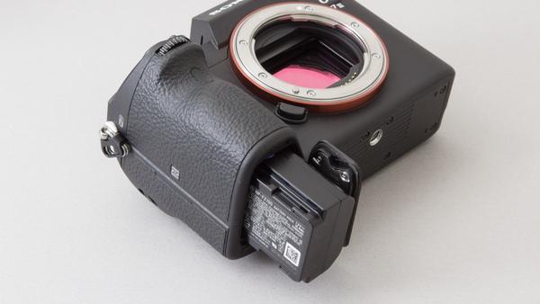 バッテリーは「α9」や「α7RIII」と同じ大容量のものになった。1回の充電で最大710枚の静止画撮影が可能になっている