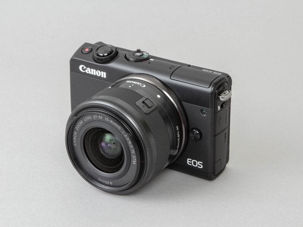 写真は標準レンズキットに含まれる「EF-M15-45mm F3.5-6.3 IS STM」が装着されている