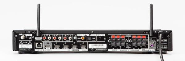 本体背面。左下にHDMI端子、右側にスピーカー端子を搭載。高機能なHDMIセレクターとしても使えそう