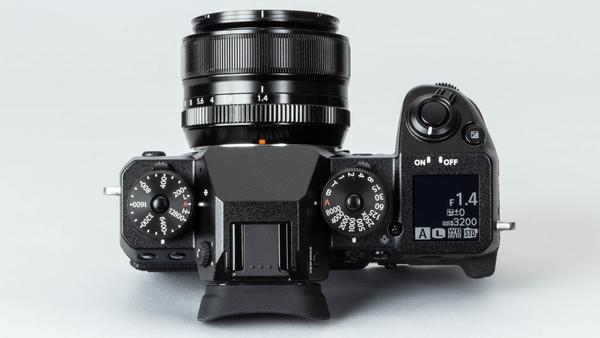 グリップ側にはカメラの状態を表示するサブディスプレーが備わっている。シャッターダイヤルとISO感度ダイヤルは独立し、ともに中央のボタンがロック機能を備えている