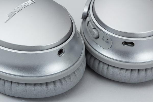 右側ハウジングの下部には有線接続用のヘッドフォン端子、左側には充電用のmicroUSB端子がある