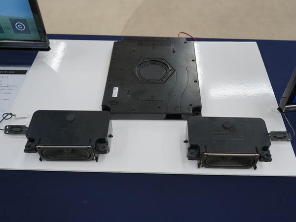 搭載されているオーディオシステム。上の四角いのがサブウーファー