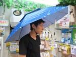 頭にかぶるハンズフリー傘その名も「アタマンブレラ」