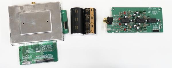 左から、シールドされたデジタル基板、、フォノイコライザー基板