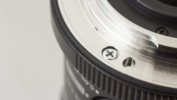「M.ZUIKO DIGITAL ED 60mm F2.8 Macro」のマウントのアップ。フチにゴムのシーリングがあるのがわかるだろうか。これでレンズ装着時に水の侵入を防ぐ。防滴・防塵仕様のレンズにはシーリングが備わっている